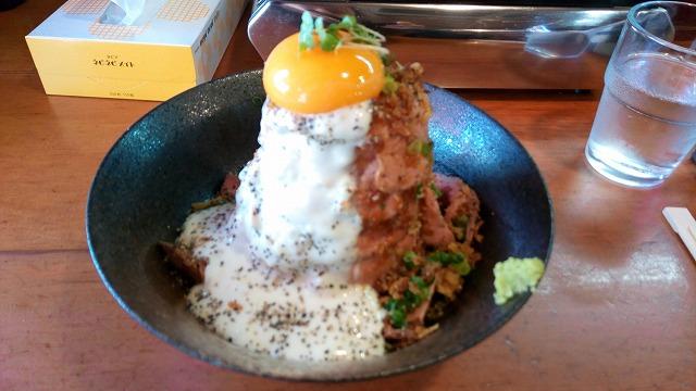 ホルモン金龍ローストビーフ丼